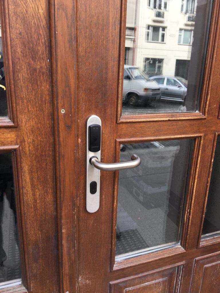 SMARTair čtečka na dřevěných dveřích
