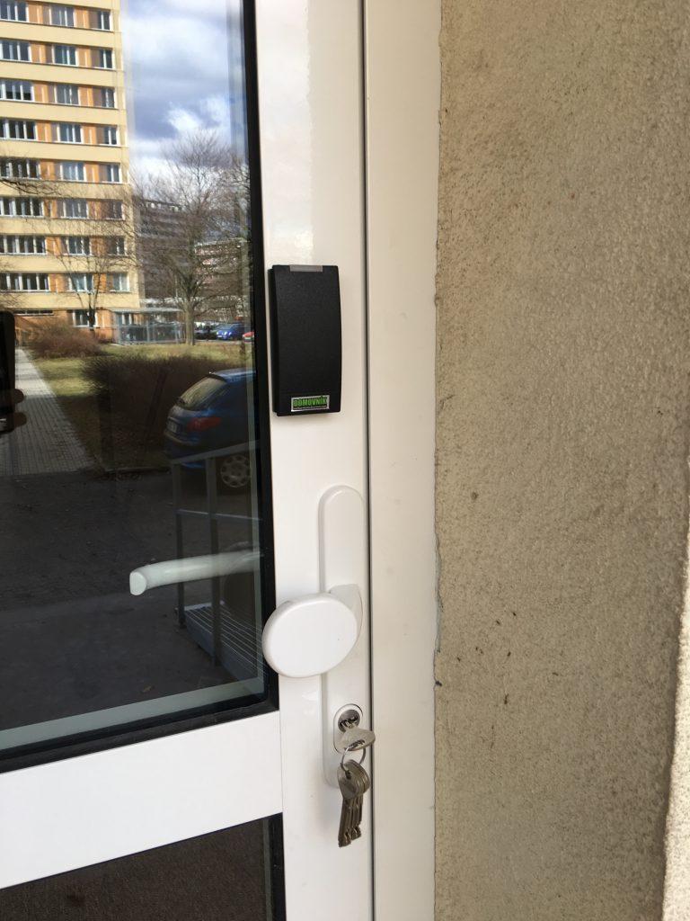 Instalace na rám plastových dveří - Domovník
